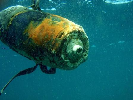 1000 pounder being recovered by British Royal Navy Clearance divers - photo courtesy of http://rndivers.multiply.com/